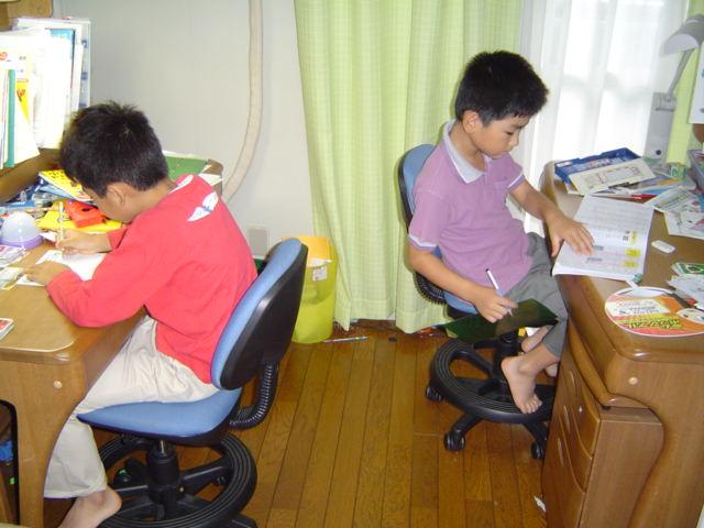 勉強する子供達