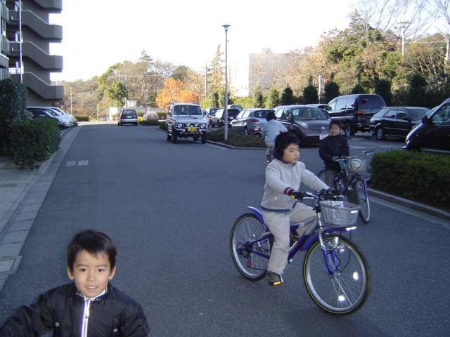 自転車の下の子
