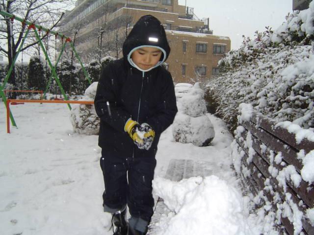 雪遊びをする下の子