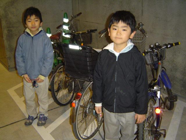 表参道ヒルズ自転車置き場にて子供達