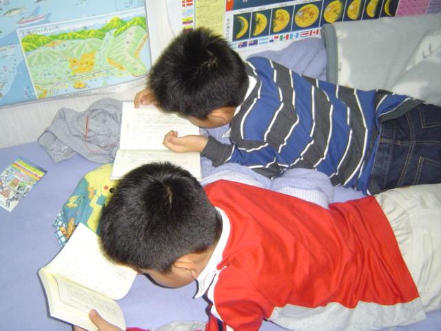 読書する子供達