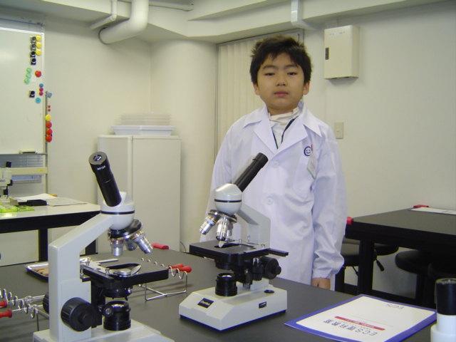 科学教室で白衣姿のおにいちゃん