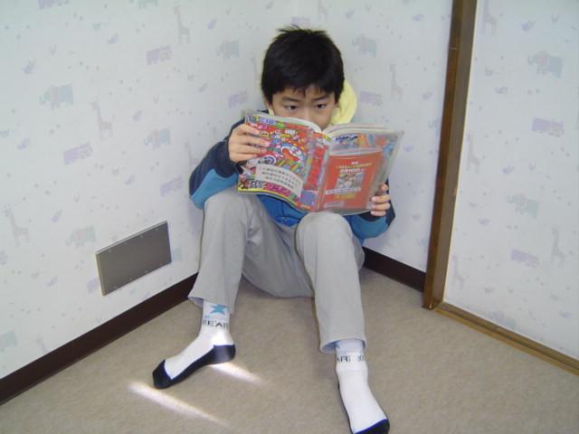 赤坂図書館でコロコロ・コミックを読むおにいちゃん