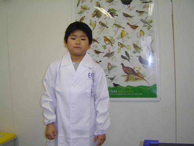 科学教室で白衣姿の下の子