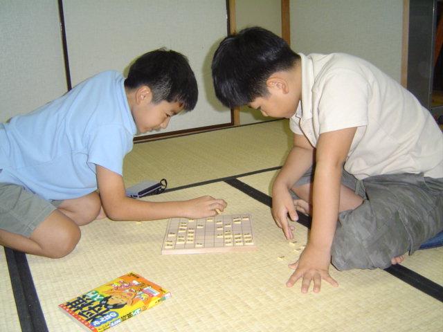 将棋で遊ぶ子供達