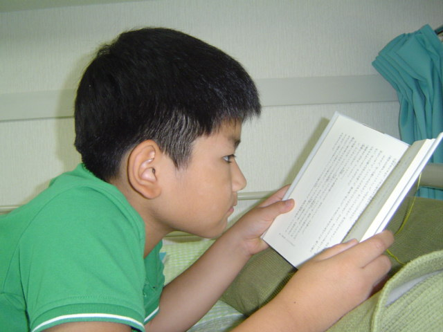 子供部屋で読書する下の子