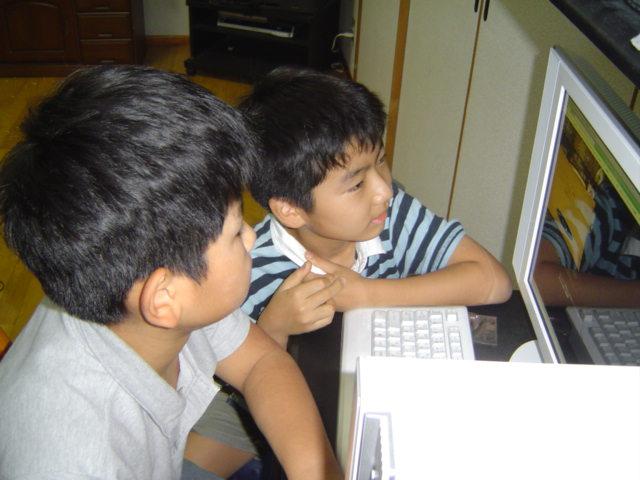 クィディッチのゲームで遊ぶ子供達