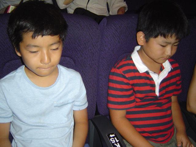 映画館で開演を待つ子供達