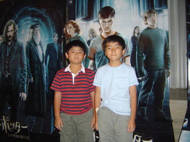 ハリー・ポッターの映画「不死鳥の騎士団」を見終えた子供達