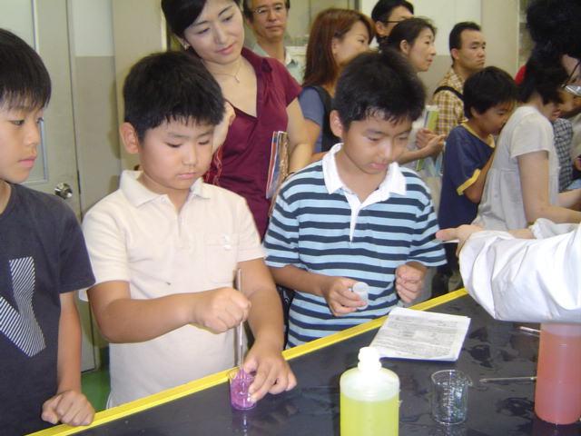駒場東邦文化祭にて化学部でスライムを作る子供達