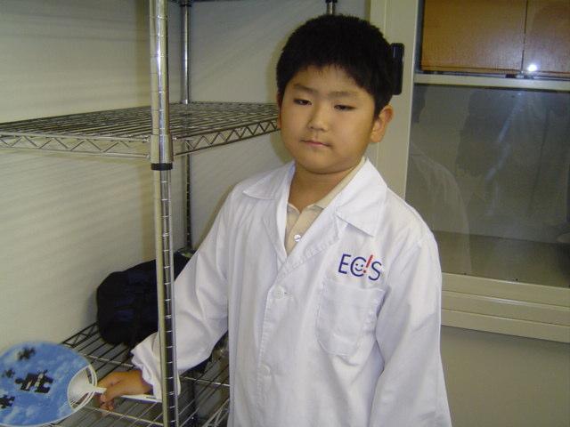 科学教室を終え白衣姿の下の子