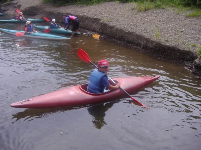 カブ隊の夏期キャンプでカヌーの練習をする下の子 (8月25日撮影)