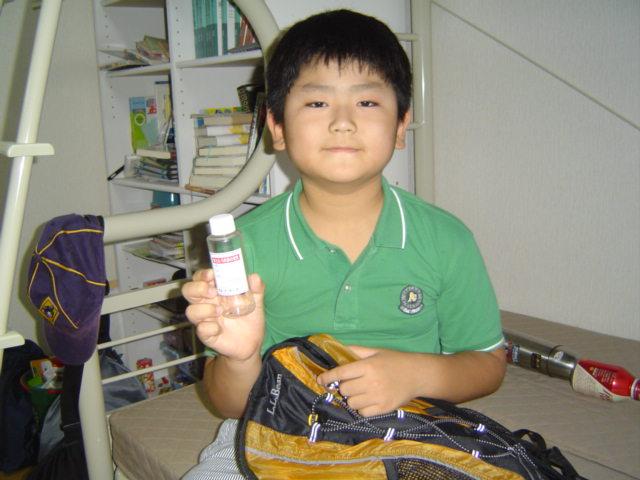理科教室の野外実習のお土産を手に下の子