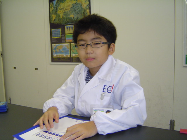 理科教室で白衣姿のおにいちゃん