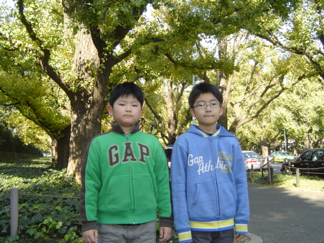 神宮外苑で記念写真の子供達
