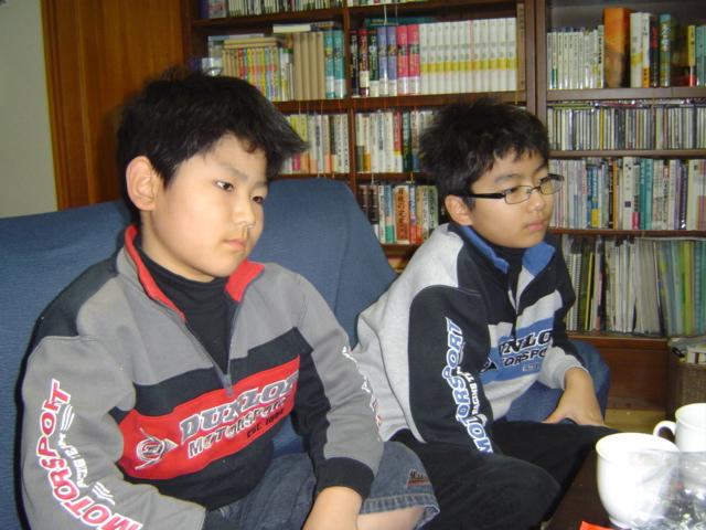 「炎のゴブレット」のDVDを見る子供達