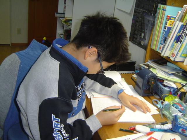 勉強するおにいちゃん