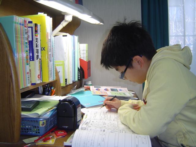 子供部屋で勉強するおにいちゃん