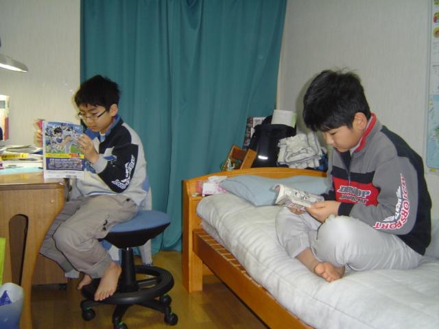 小学館の学年雑誌を読む子供達