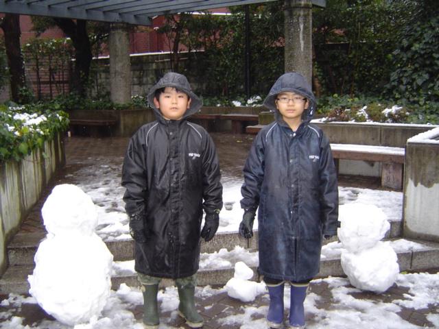 団地の雪だるまとともに子供達