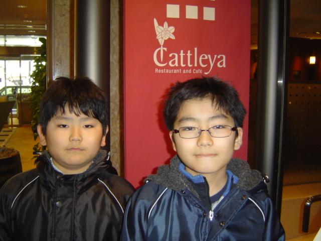 ランチ・ブッフェのレストランを出た子供達