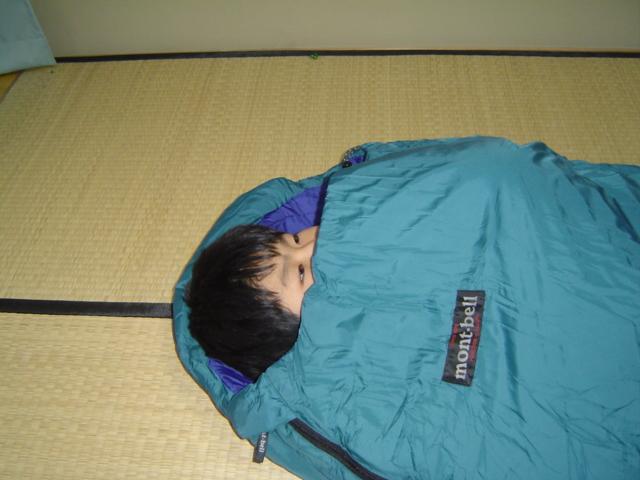 寝袋を試す下の子