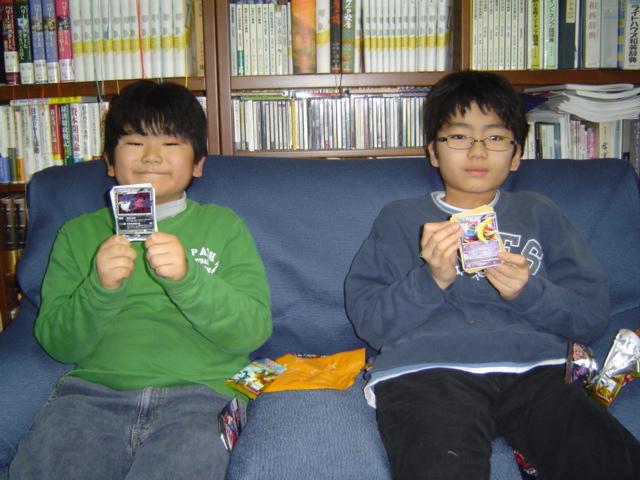 ポケモンカードの拡張パックを開く子供達