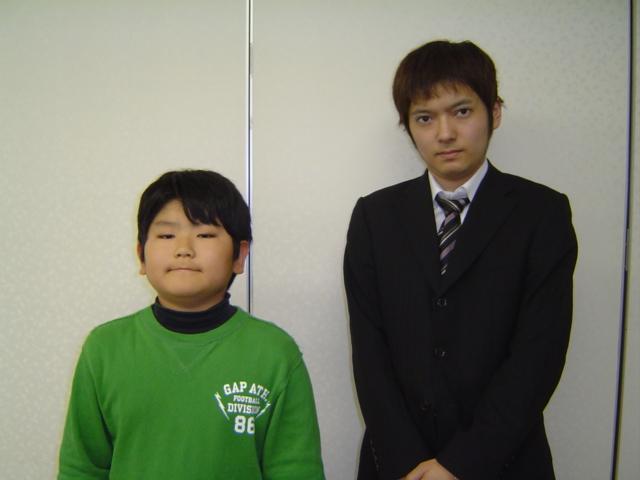 将棋会館道場にて講師の天野三段と記念写真の下の子