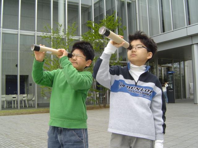 針穴カメラとレンズカメラを試す子供達