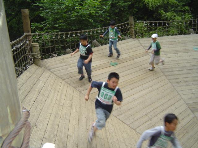 清水公園アスレチックのアリ地獄を走る下の子