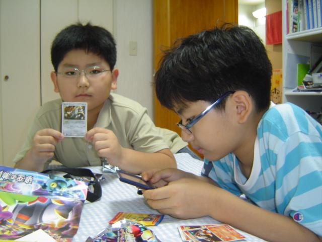 ポケモン・カードとレジギガスのお土産の子供達