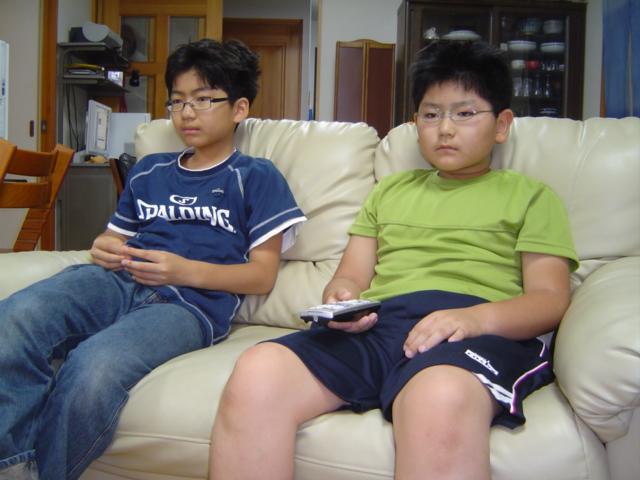 「ウルトラマン・メビウス」のビデオを見る子供達