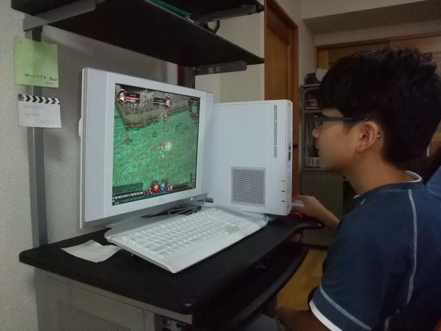 パソコンで遊ぶおにいちゃん