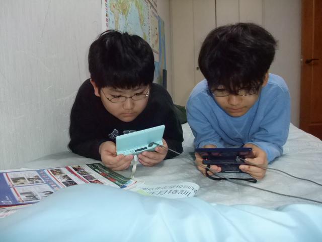 ポケモン・ゲームで遊ぶ子供達
