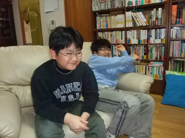 テレビのクイズ番組を見て笑い転げる子供達
