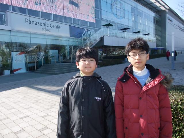 リスーピアのあるパナソニックセンター前で子供達