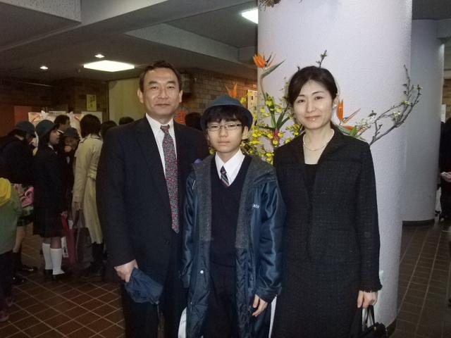 卒業式を終えて親子で記念写真