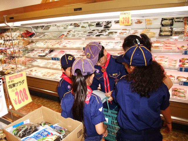 キャンプのために食材の買い物をするスカウト達
