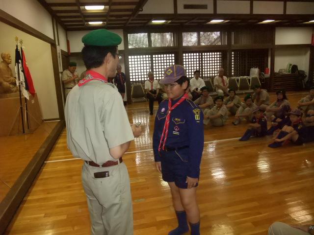 カブ隊隊長から記念品を受け取る下の子