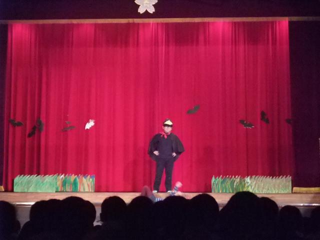 小学校の学芸会で「魔法をすてたマジョリン」のブツクサス役を熱演する下の子