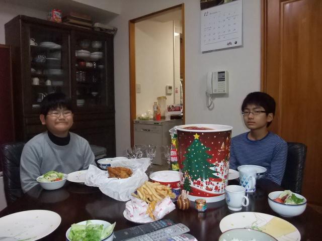 クリスマスイブのごちそうを前に子供達