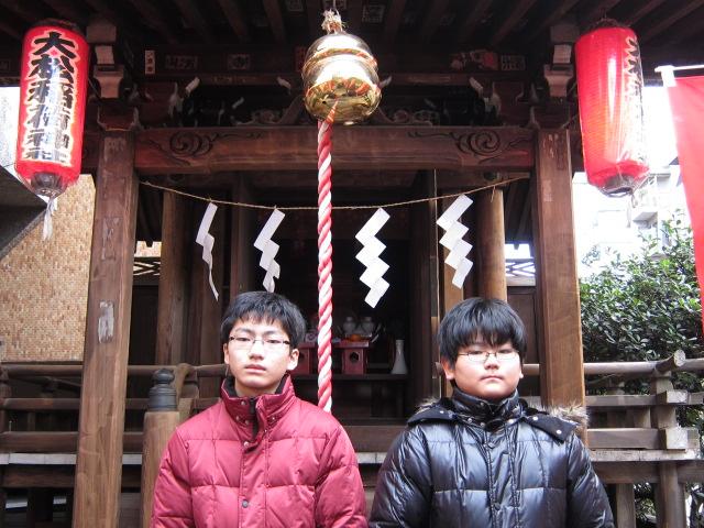 大松稲荷に初詣の子供達
