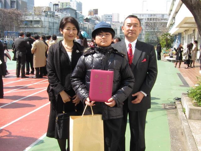小学校の卒業式にて親子3人で記念撮影