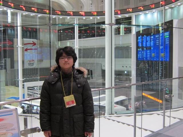 東証マーケットセンター前の下の子