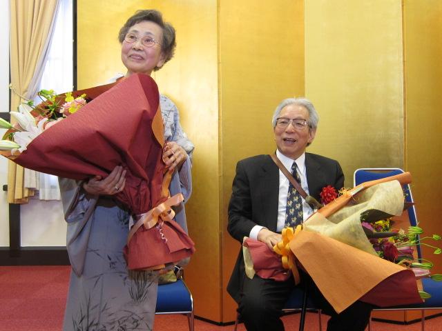 花束贈呈を受ける恩師夫妻